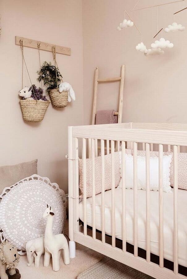 enfeites para quarto de bebê decorado em tons de bege com mobile de nuvens Foto Yandex