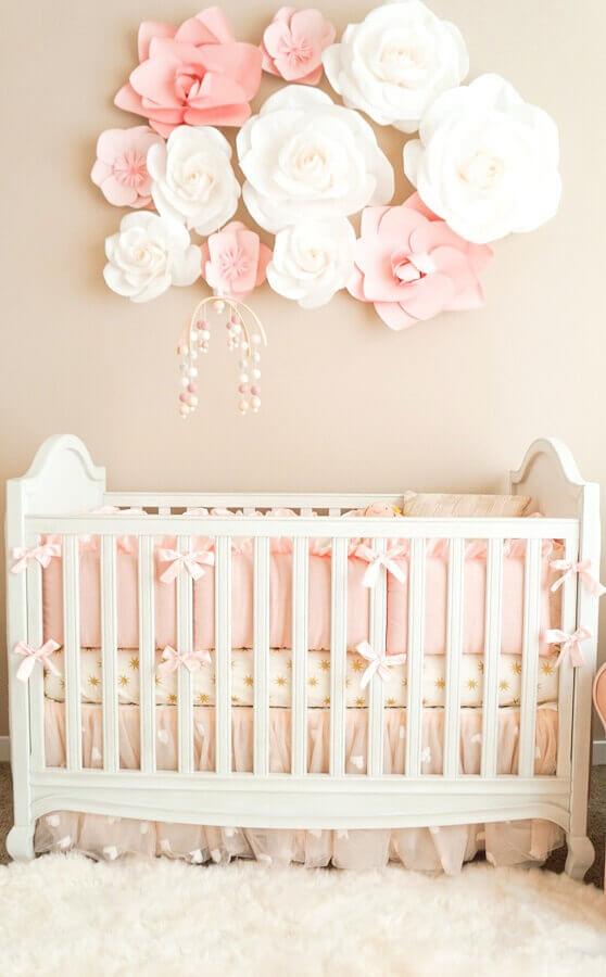 enfeites para quarto de bebê feminino cor de rosa com flores de papel na parede e mobile de bolinhas sobre o berço Foto MyBabyDoo