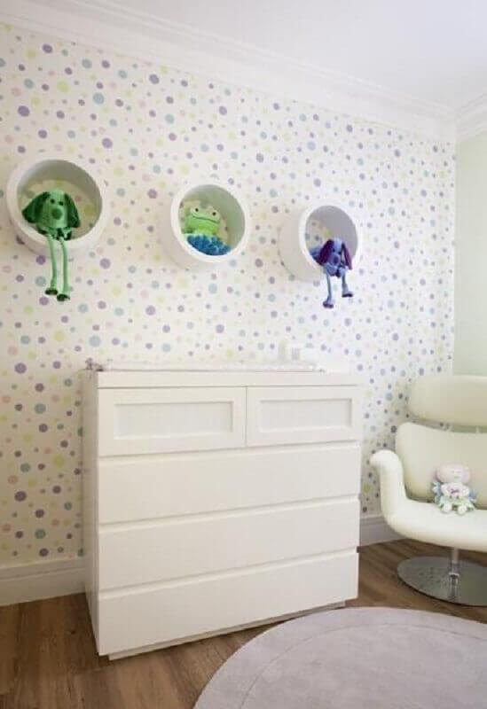 enfeites para quarto de bebê todo branco com papel de parede com bolinhas coloridas Foto Adriana Fontana