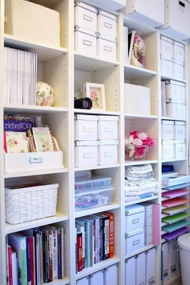 estante organizada com caixa organizadora de papelão com etiquetas Foto Cut & Paste