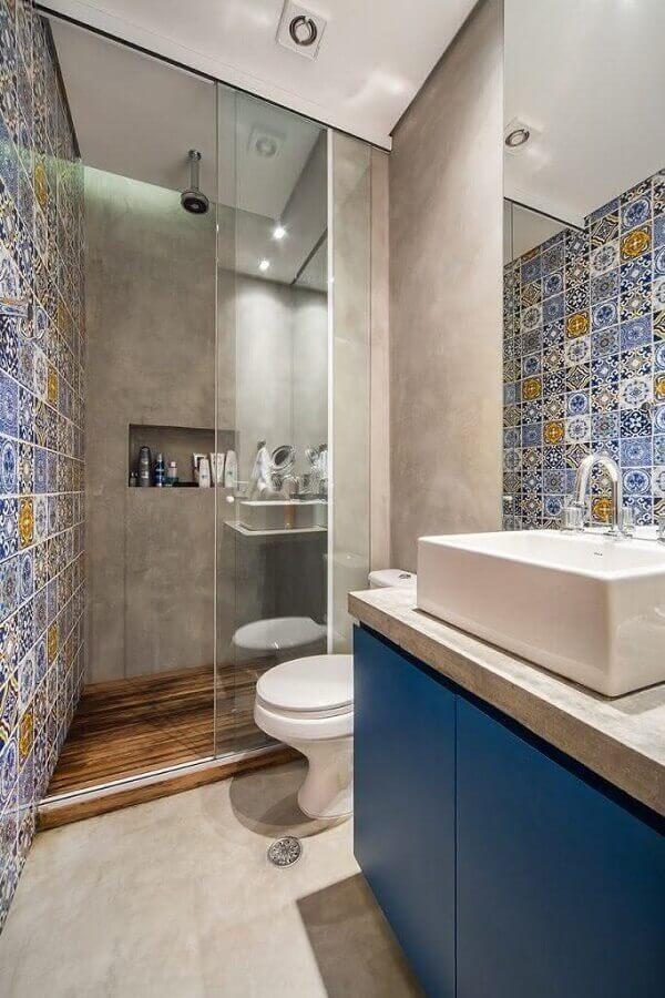 ladrilho hidráulico para decoração de banheiro pequeno com paredes de cimento queimado Foto Home Fashion Trend