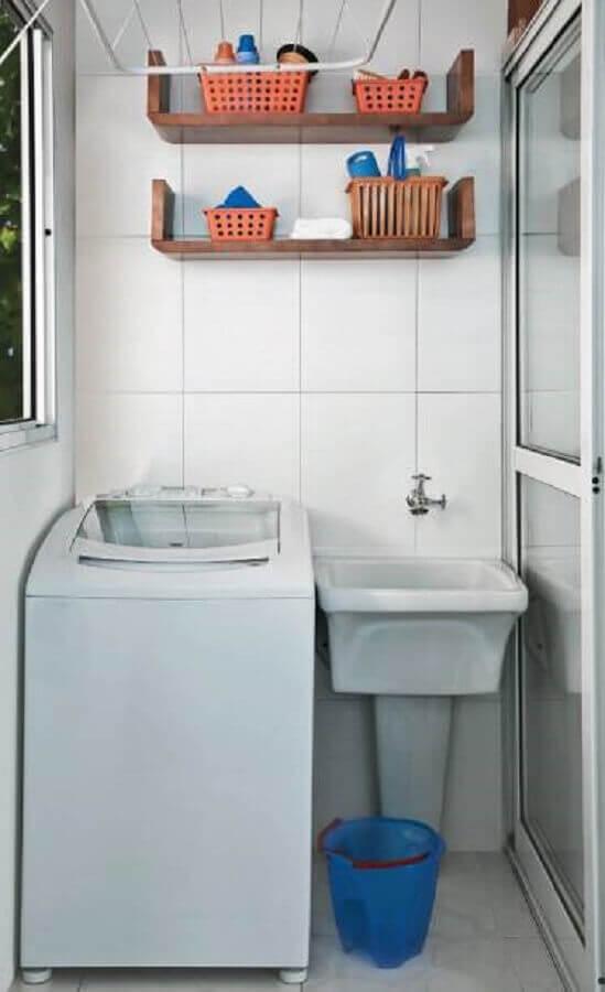 lavanderia pequena e simples com nichos de madeira Foto Minha Casa