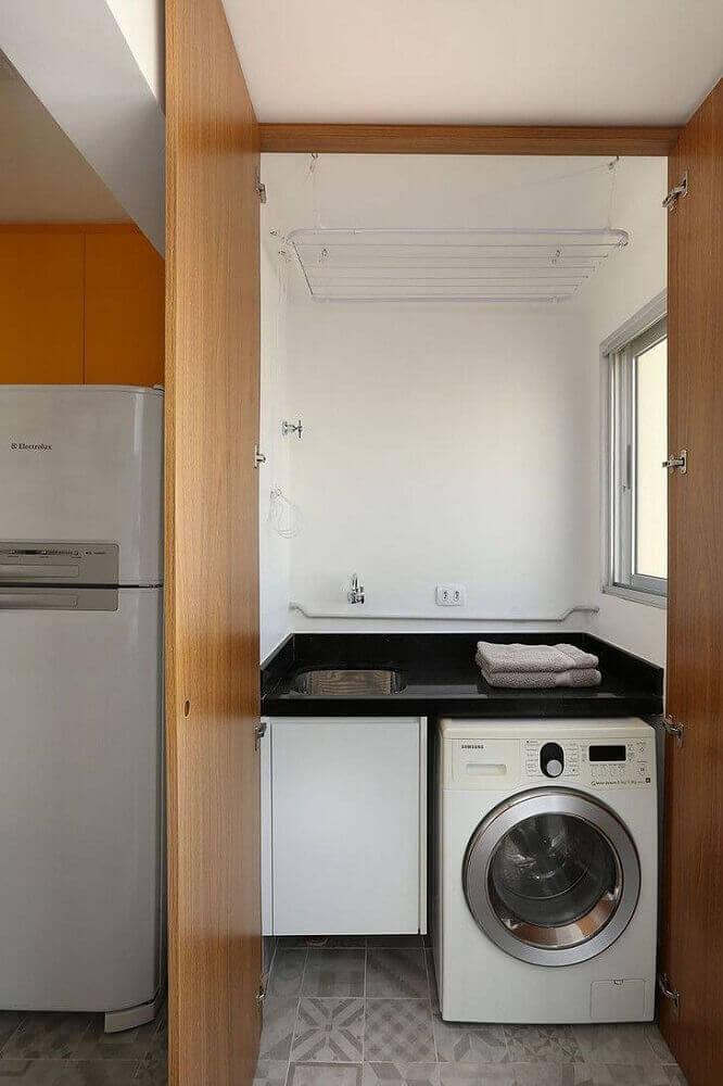 lavanderia pequena e simples com portas de madeira Foto Alexandra Matos Design