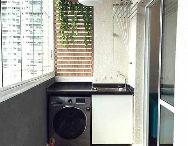 lavanderia pequena planejada em varanda com piso hidráulico Foto Sua Decoração