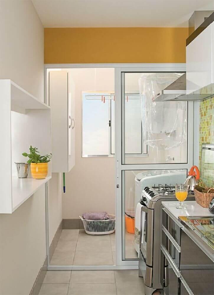 lavanderia pequena simples com portas de correr para separar a cozinha Foto Falk Art e Decoração
