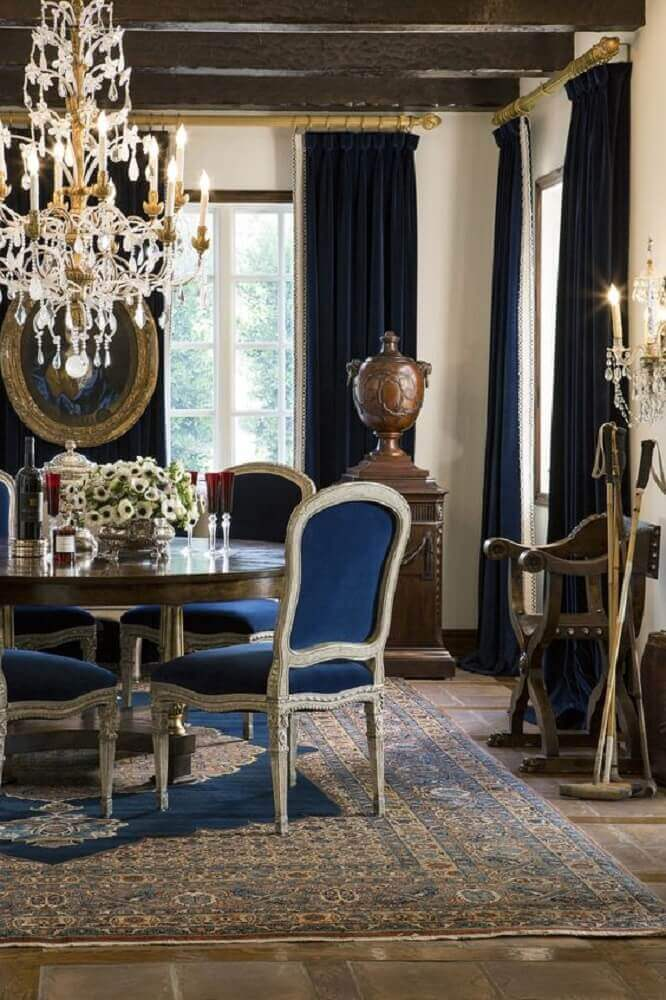 lustre pendente para sala de jantar com decoração clássica em tons de azul e madeira Foto Ebanista