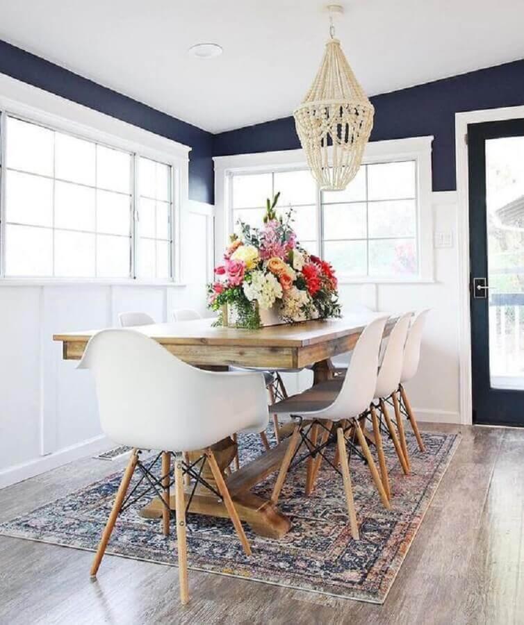 lustre pendente para sala de jantar decorada com mesa de madeira cadeiras brancas e parede azul marinho Foto Pinterest