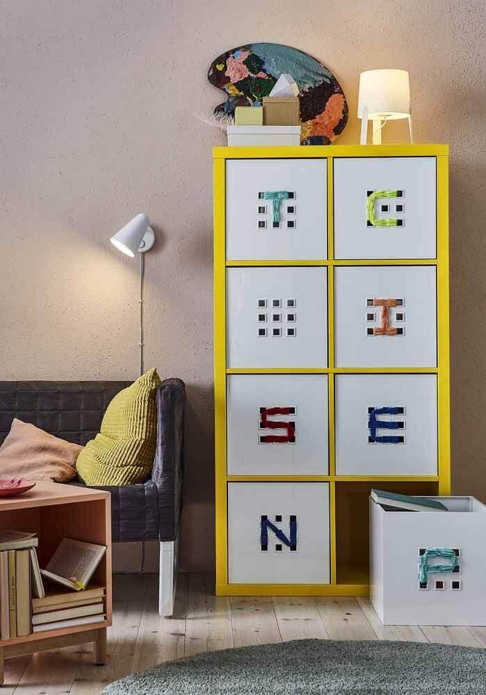 móvel amarelo com caixas organizadoras Foto Pinterest
