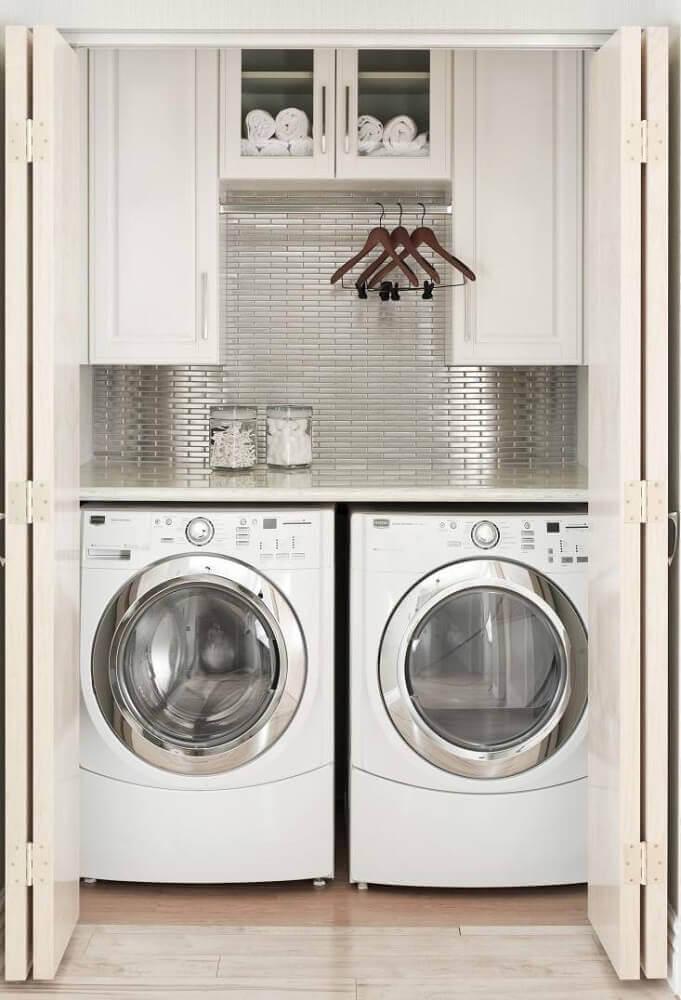 modelo de armário pequeno para lavanderia decorada com pastilhas e cabideiro Foto Casa de Valentina