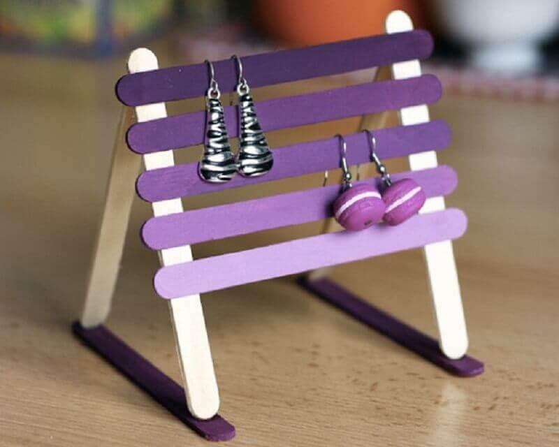 modelo de artesanato com palito de picolé para organização de bijuterias Foto Artesanato e Reciclagem