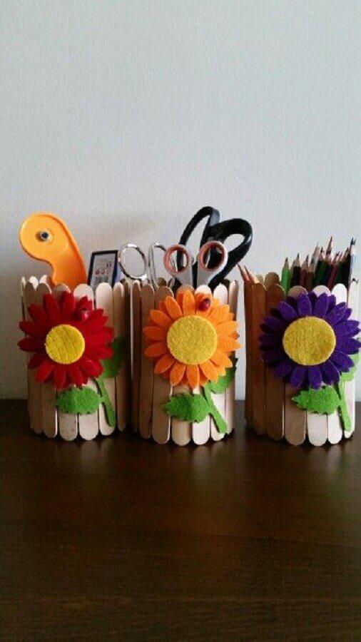 modelo de potinhos organizadores de artesanato com palito de picolé  Foto Pinosy