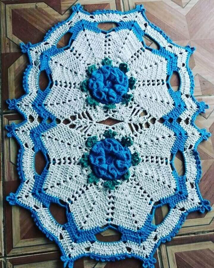 modelo de tapete de crochê com flores azul e branco Foto San Lima