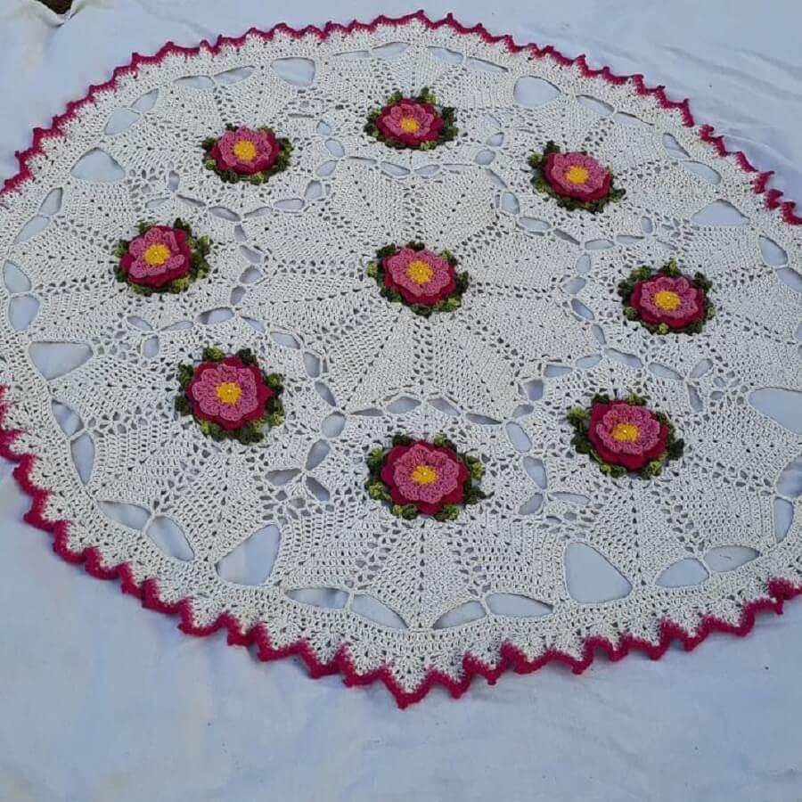 modelo simples e redondo de tapete de crochê com flores Foto Crochê Belo Crochê