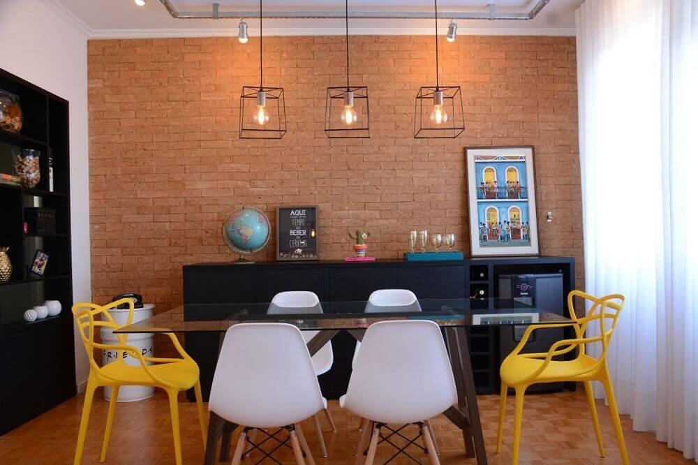 modelos diferentes de pendentes para sala de jantar decorada com parede de tijolinho e cadeiras brancas e amarelas Foto Nathalia Bilibio Schwinn