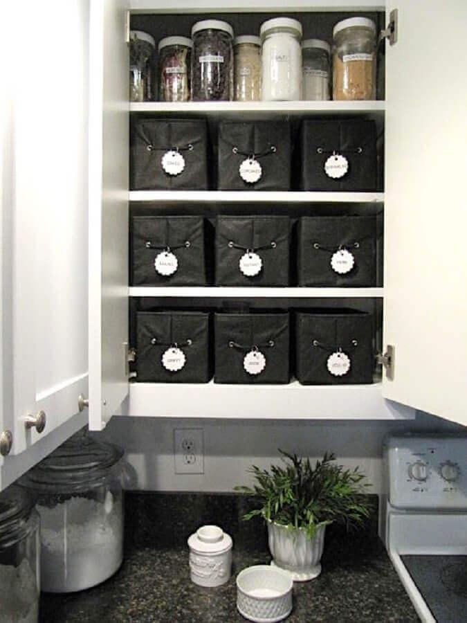 organização de cozinha com caixa organizadora de lona preta Foto Sew Many Ways