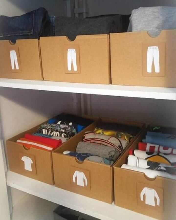 organização de guarda roupa com caixa organizadora de papelão etiquetadas Foto Yandex