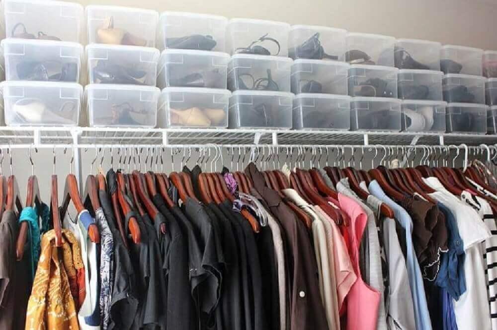 organização de sapatos em closet com caixa organizadora de plástico com tampa Foto Grace Brooke
