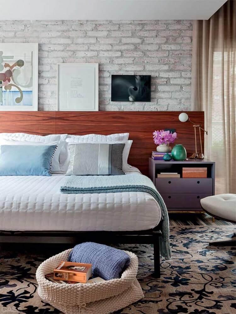 parede de tijolinho a vista e cabeceira de madeira para quartos de casal modernos Foto Wood Save