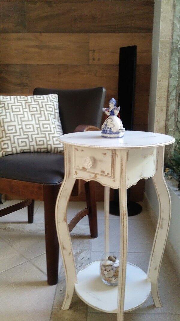 patina branca decora a mesinha de canto na sala