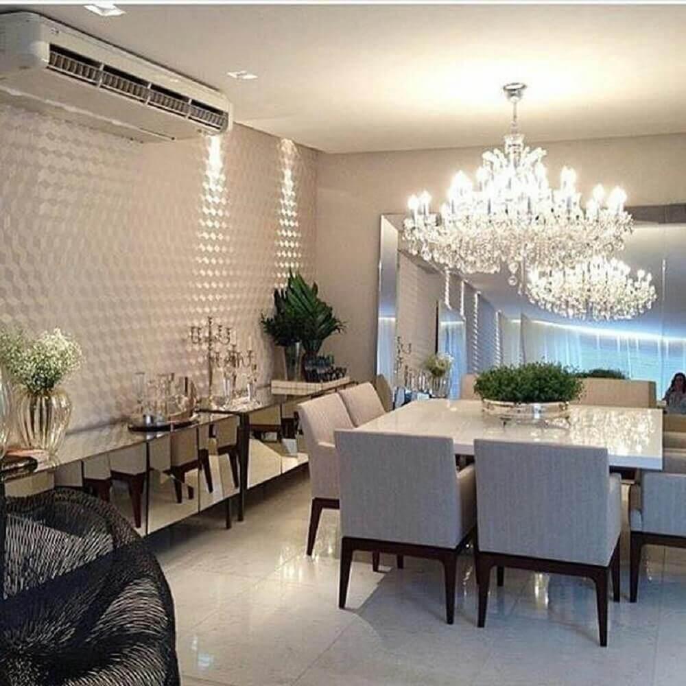 pendente de cristal para sala de jantar clássica com buffet espelhado e parede com revestimento 3D Foto This is visual poetry