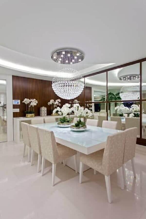 pendente de cristal para sala de jantar com mesa branca e parede espelhada Foto Total Construção