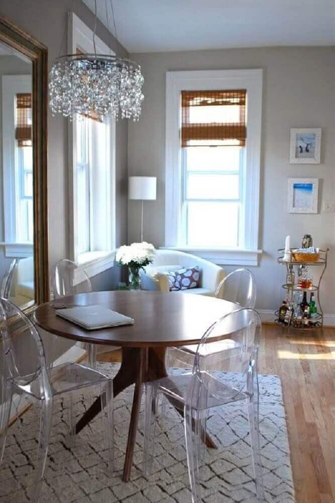 pendente de cristal para sala de jantar pequena decorada com tapete branca e cadeiras de acrílico transparente para mesa redonda de madeira Foto My Amazing Things