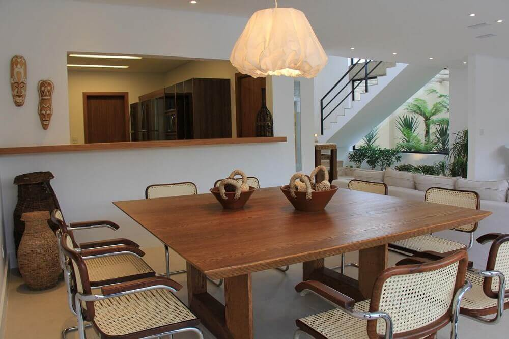 pendente moderno para sala de jantar com mesa ampla quadrada de madeira Foto Marcela Stecca Wandenkolk