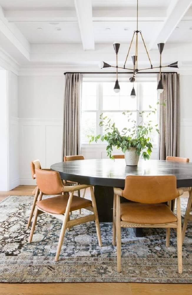 pendente moderno para sala de jantar com mesa grande de madeira escura e tapete estampado Foto MyHotelSinTurkey