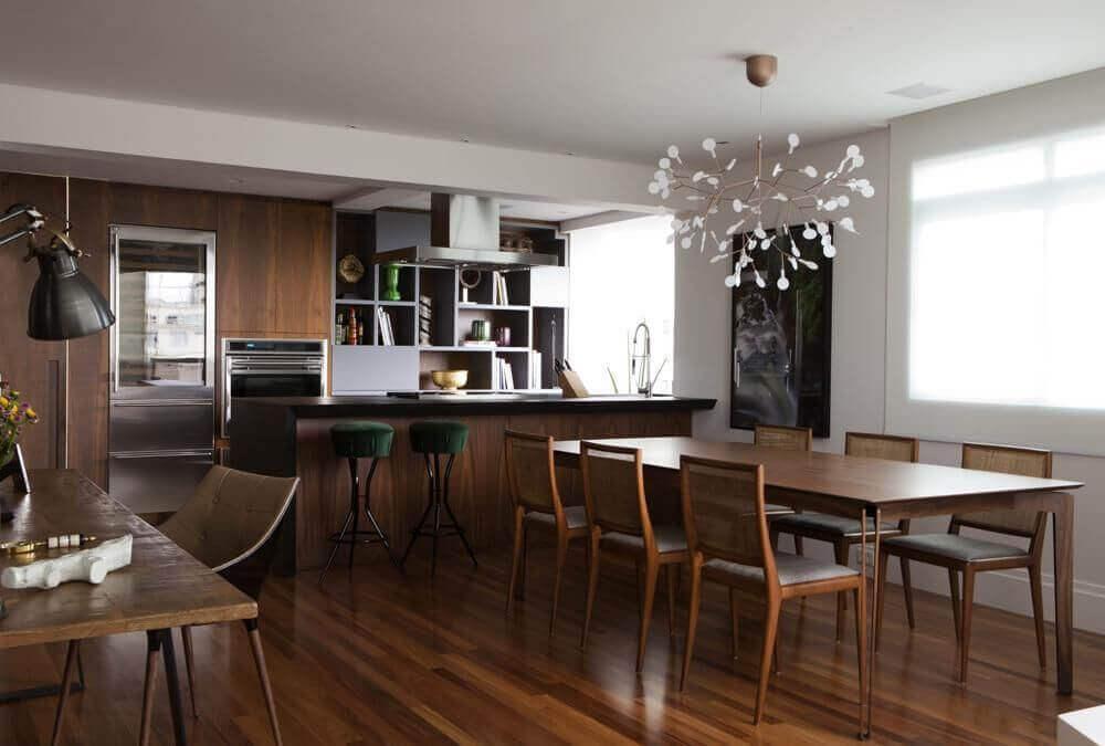 pendente moderno para sala de jantar integrada com cozinha decorada com móveis e piso de madeira Foto Messa Penna Arquitetura e Interiores