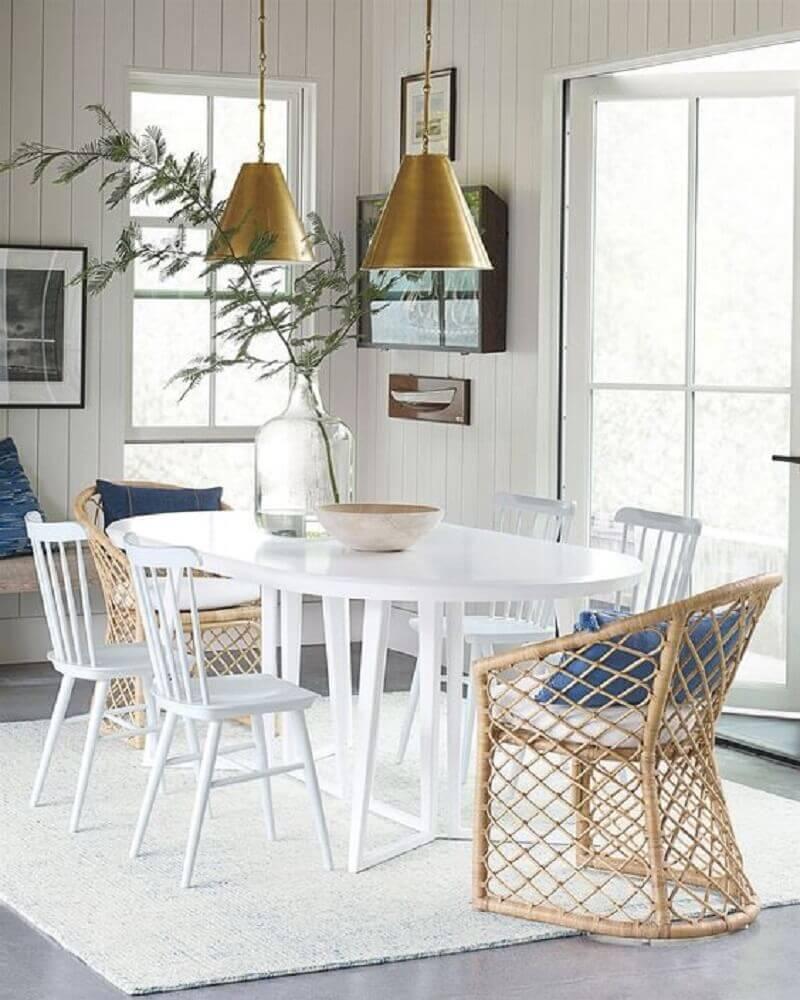 pendente para sala de jantar moderna com mesa branca e cadeiras diferentes Foto Pinterest