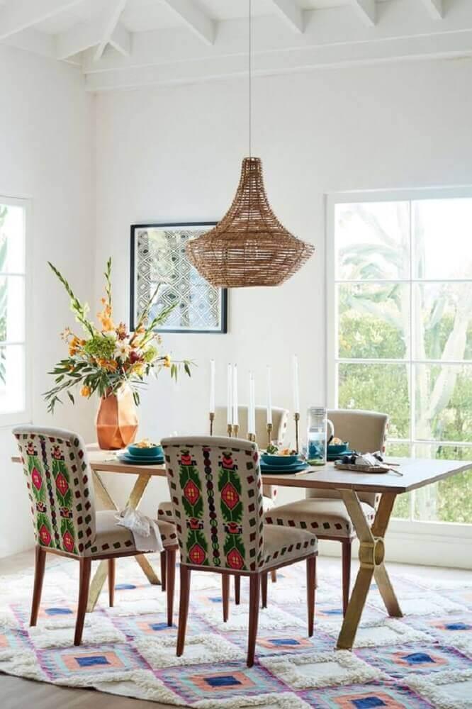 pendente rustico para sala de jantar decorada com tapete e cadeiras estampadas Foto Fresh Home Idee