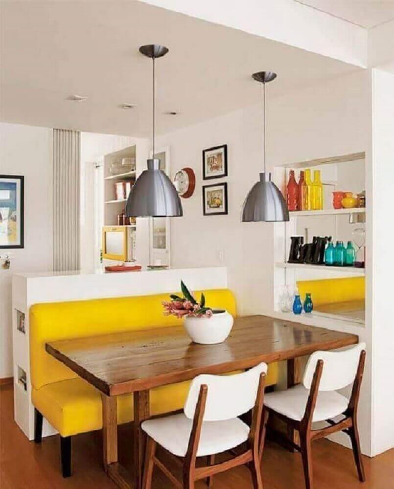 pendente sala de jantar pequena decorada com nichos embutidos e banco amarelo Foto Wood Save