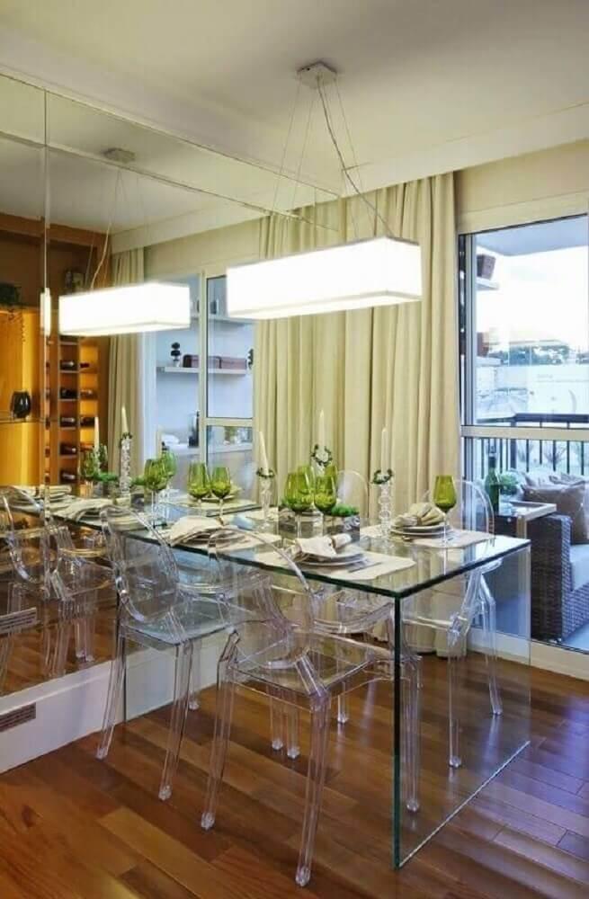 pendente sala de jantar pequena decorada com parede espelhada e mesa de vidro Foto Jeito de Casa