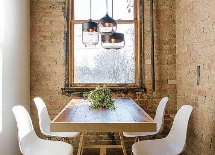 pendente sala de jantar pequena rústica decorada com parede de tijolinho e cadeiras brancas  Foto South Central