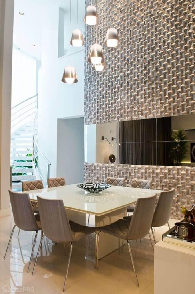 pendentes para sala de jantar decorada com revestimento 3d para parede espelhada Foto Aaron Guides