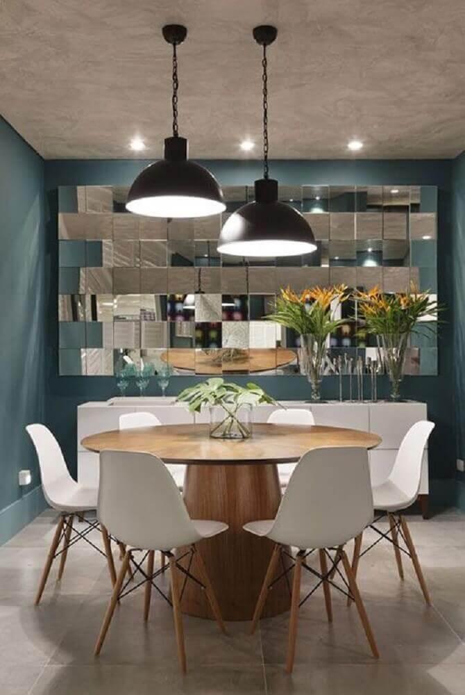 pendentes para sala de jantar pequena decorada com espelhos e buffet branco Foto Angela Meza Arquitetura