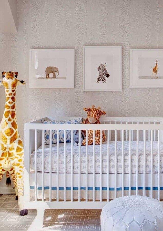 quadros para quarto de bebê decorado em tons neutros com girafa de pelúcia Foto Wood Save