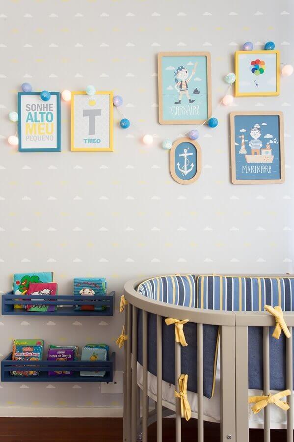quadros para quarto de bebê masculino decorado em tons de cinza e azul com tema marinheiro Foto Alessandra Amado Arquitetura