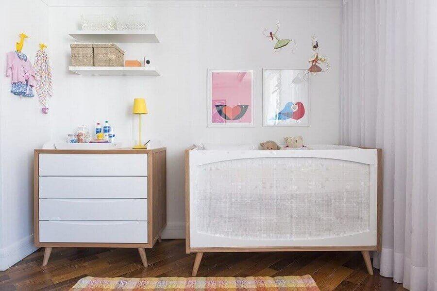 quadros para quarto de bebê todo branco com berço e cômoda de madeira pequeno Foto Pinterest