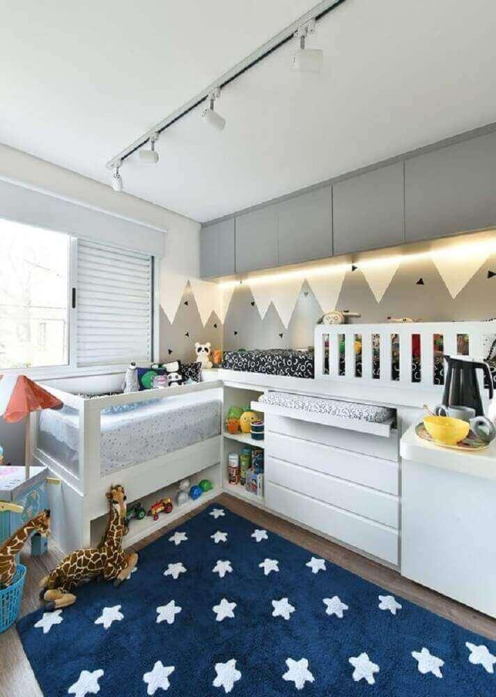 quarto de bebê moderno decorado com adesivo de montanhas cinza e tapete azul estrelado  Foto Pinterest