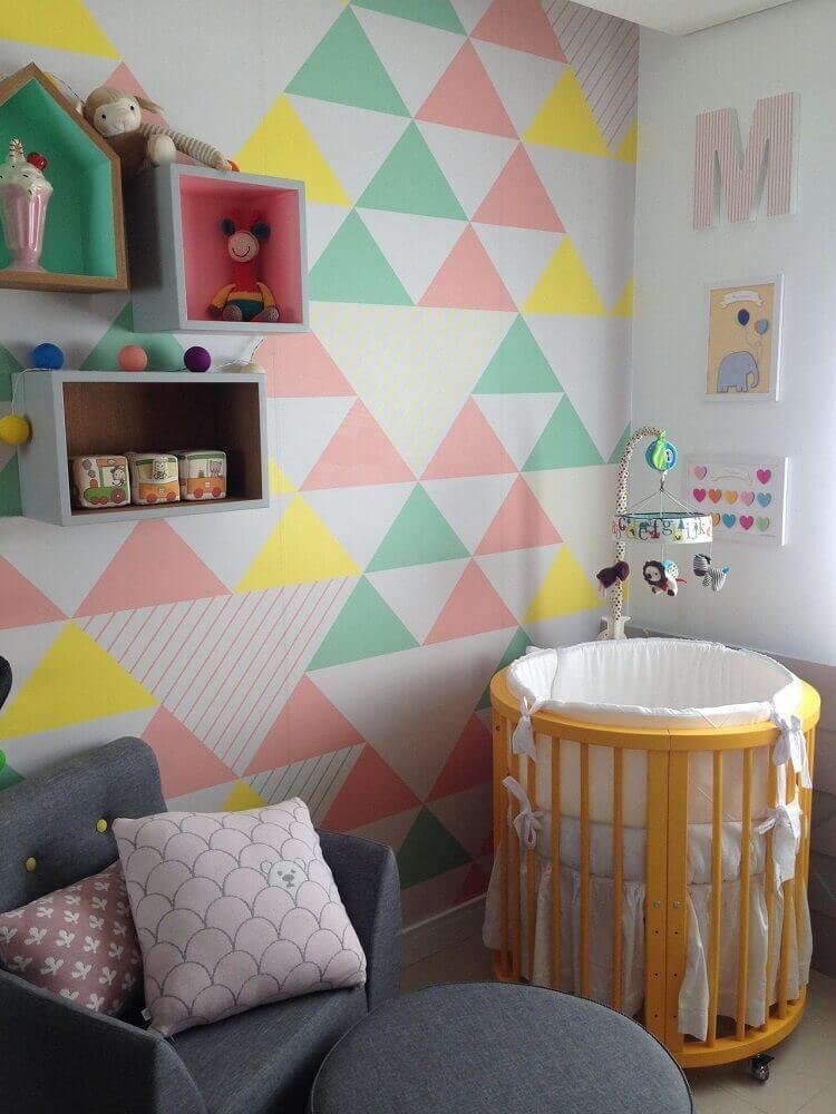 quarto de bebê moderno decorado com mini berço e papel de parede com triângulos coloridos Foto Maíra Schaeffer