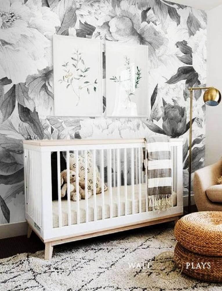quarto de bebê moderno decorado com papel de parede preto e branco floral e puff redondo de crochê Foto Etsy