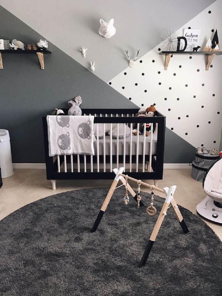 quarto de bebê moderno decorado em tons de cinza com berço preto Foto Baby Shoes