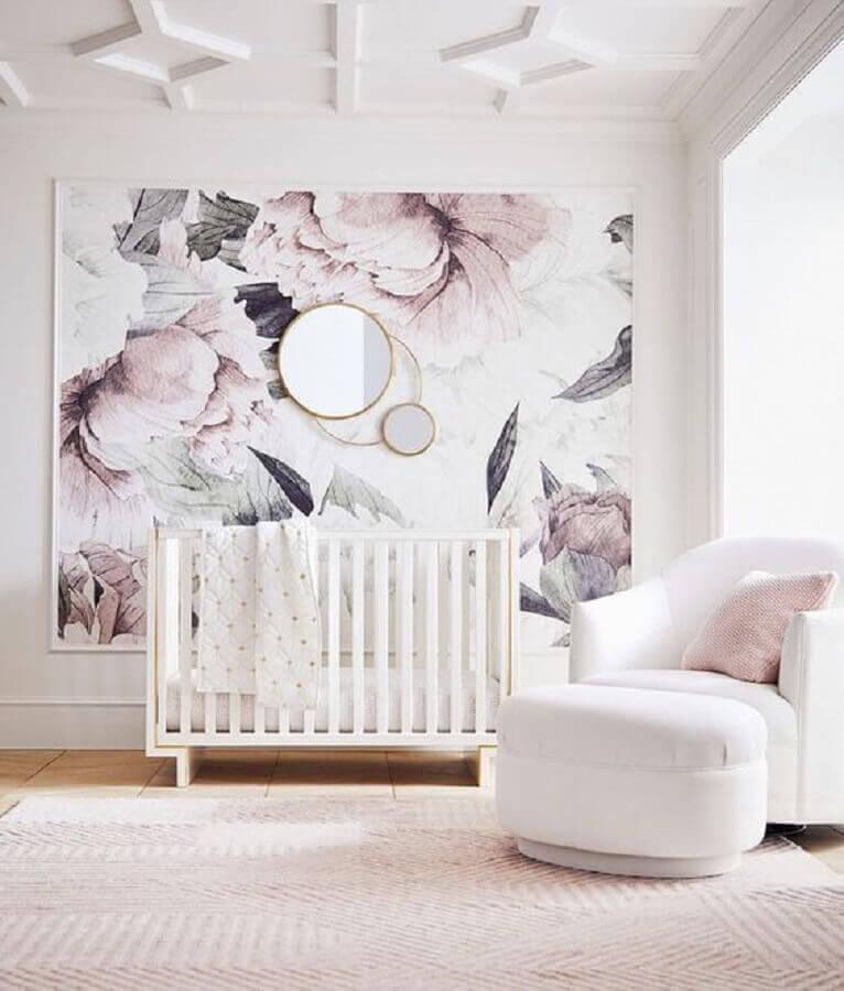 quarto de bebê moderno decorado todo branco e rosa com grande quadro e espelhos redondos Foto Pinterest