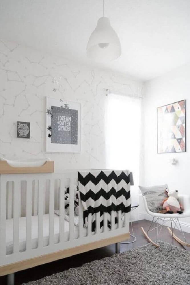 quarto de bebê moderno todo branco decorado com papel de parede e cadeira de balanço Foto iFuun