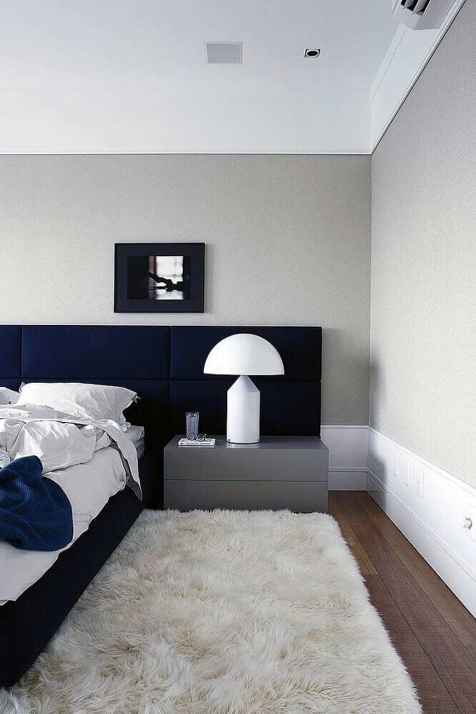 quarto de casal moderno decorado com tapete felpudo branco e cabeceira estofada azul marinho Foto Archilovers