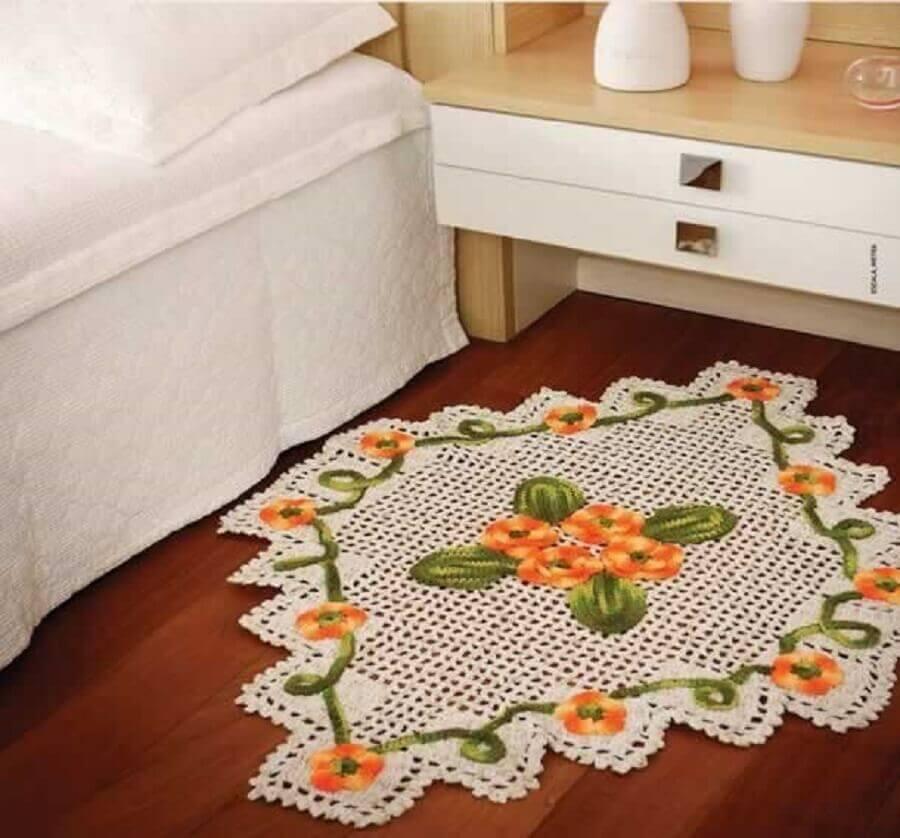 quarto decorado com modelo diferente de tapete de crochê com flores laranja Foto Artesanato Brasil