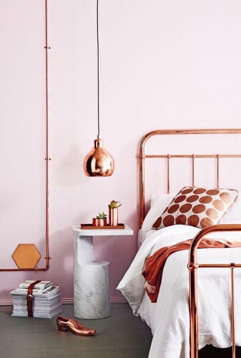 quarto feminino decorado em rosa e cobre