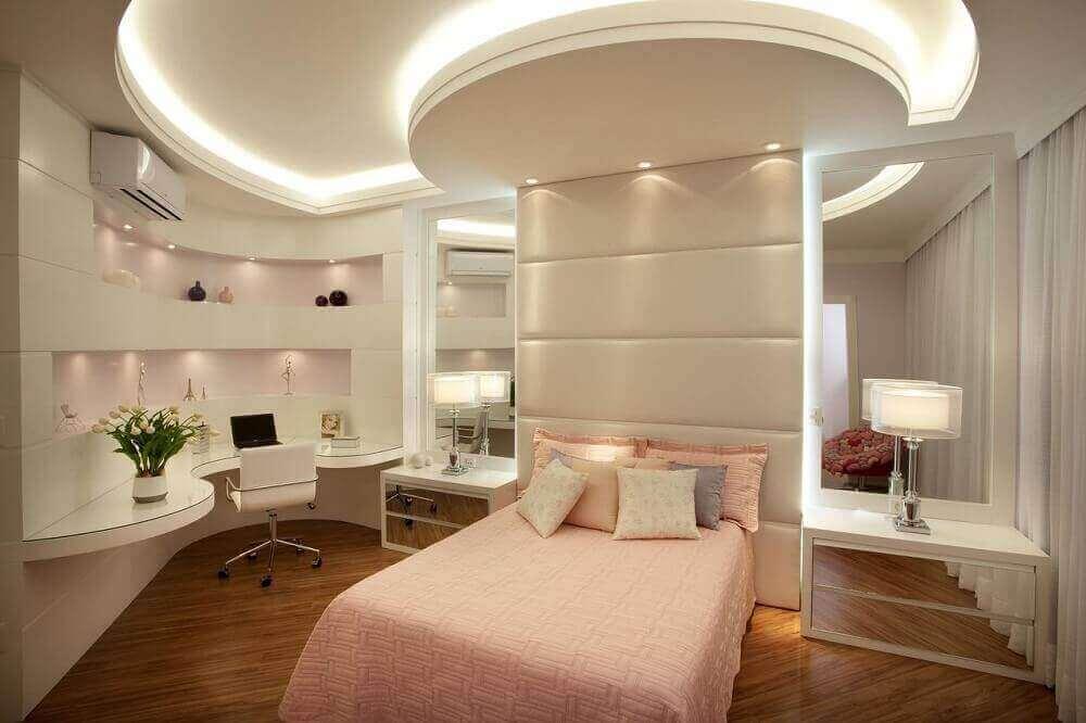 quartos femininos jovens modernos decorado com criado mudo espelhado  Foto Aquiles Nicolas Kilaris