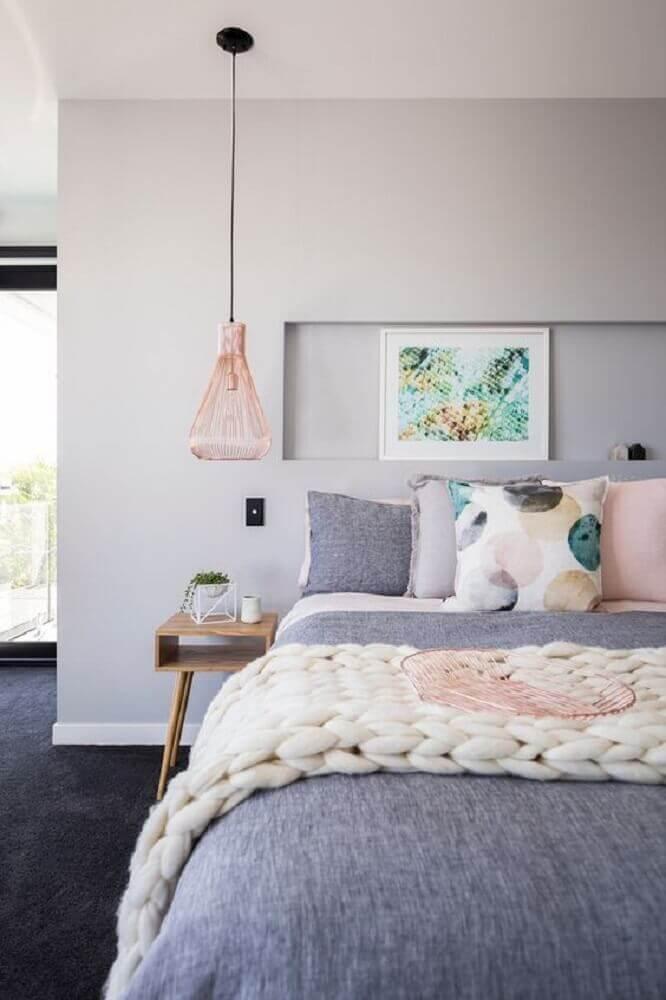 quartos femininos jovens modernos decorados em tons de cinza e rosa com criado mudo de madeira Foto DesignRulz